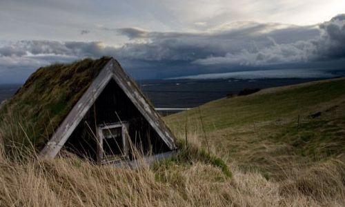Zdjecie ISLANDIA / brak / Bolti / Stary dom z lodowcem w tle