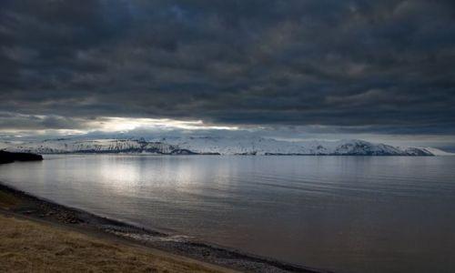 ISLANDIA / brak / Husavik / Zmierzch nad zatoka Skjalfandi a w tle pasmo Viknafjoll