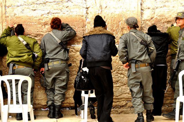 """Zdjęcia: Jerozolima, """"ŻOŁNIERKI"""" POD ŚCIANĄ PŁACZU, IZRAEL"""