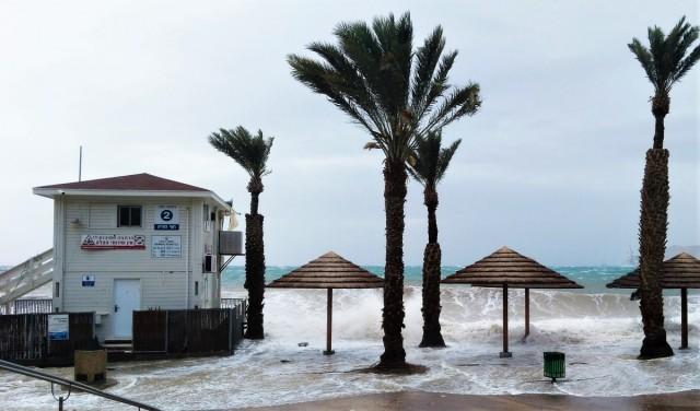 Zdjęcia: ., Eilat, Na plaży w czasie sztormu, IZRAEL