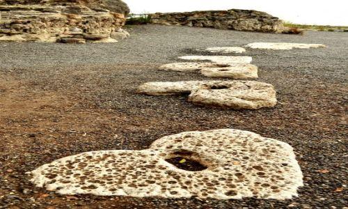 IZRAEL / - / Tabga / Po tych kamieniach podobno chodził Chrystus...