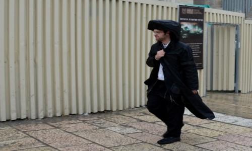 Zdjecie IZRAEL / pomi�dzy Wzg�rzami Jerozolimskimi / Jerozolima / W deszczu ka�dy