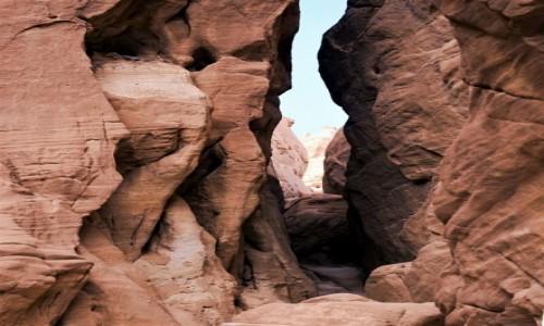 Zdjecie IZRAEL / Eilat / Timna Park  / Ścieżka w skalnej szczelinie
