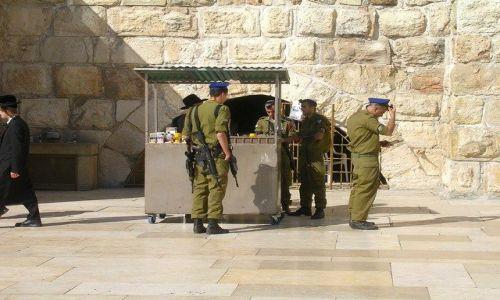 IZRAEL / Jerozolima / niedaleko Ściany Płaczu zw.Murem Zachodnim / czas modlitwy- 2