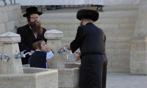 Zdjęcie IZRAEL / brak / Jerozolima Ściana Płaczu / rytualne obmycie rąk przed modlitwą