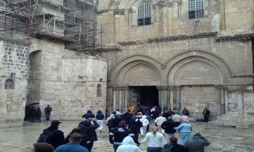 Zdjęcie IZRAEL / Judea / Betlejem / brzydkie wejście do Bazyliki Narodzenia