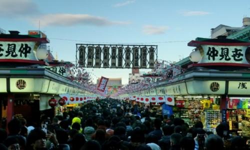 Zdjęcie JAPONIA / Tokio / Asakusa / W kolejce do świątyni