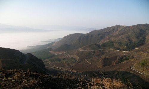Zdjecie JAPONIA / Aso / krawedz starego krateru / kreta droga dw dol