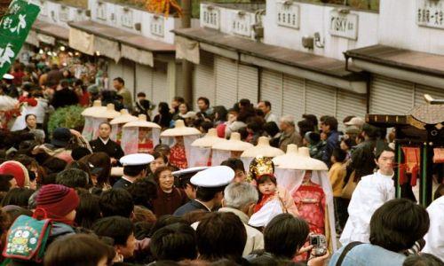 Zdjęcie JAPONIA / Nara / ulica / kobiety w trojach paradnych
