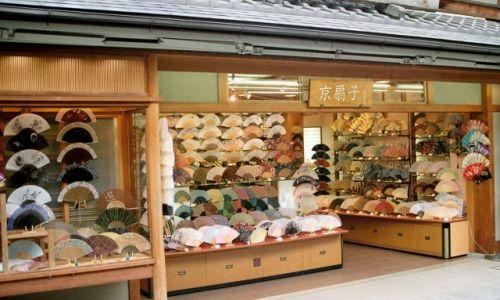 JAPONIA / Kioto / ulica / uliczka z wachlarzami