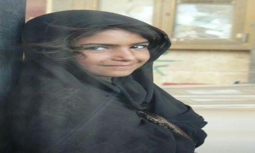 Zdjęcie JEMEN / - / gdzieś w drodze / Dziewczynka nastacji benzynowej