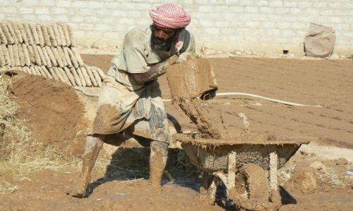 Zdjęcie JEMEN / - / okolice Shibam / Producent gliny