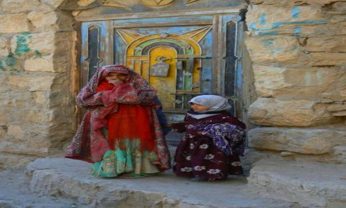 Zdjecie JEMEN / - / Sana / Młode Jemenki przed domem.