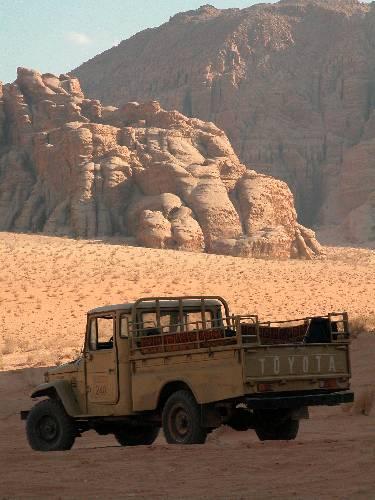 Zdjęcia: Wadi Rum, Toyota na pustyni, JORDANIA