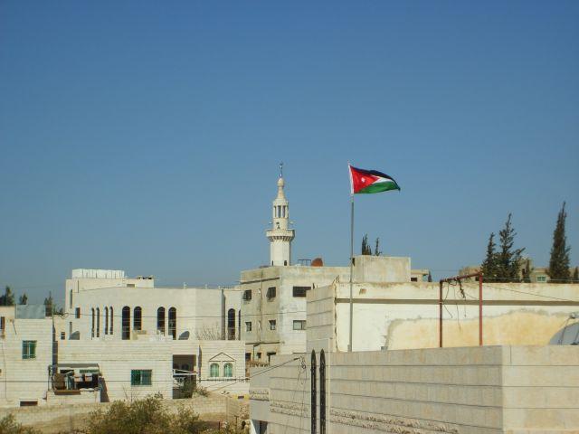 Zdjęcia: Amman, Z flagą w tle, JORDANIA