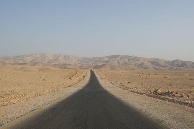 Zdjęcia: gdzieśna pustyni, droga..., JORDANIA