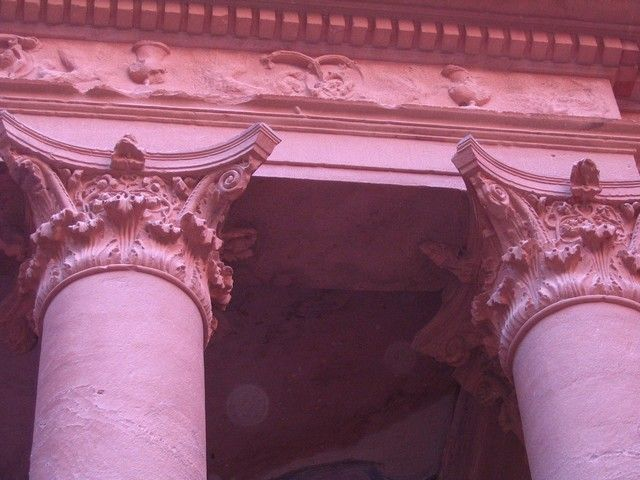 Zdjęcia: Petra, pld-zach Jordania, filary Skarbca Faraona, JORDANIA
