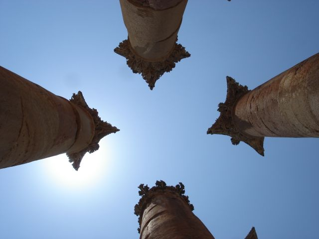 Zdjęcia: Dzerasz, kolumny i niebo, JORDANIA