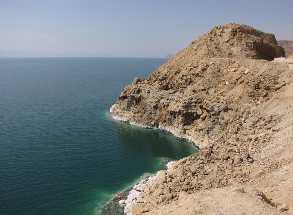 Zdjęcia: Morze Martwe, środkowa Jordania, Sól jest nawet na skałach, JORDANIA