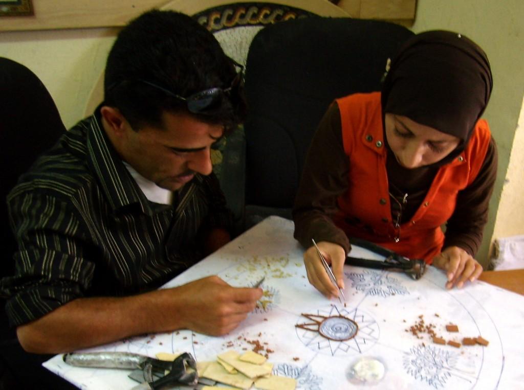 Zdjęcia: pracownia azulejos (mozaika), okolice Madaby, przy pracy, JORDANIA