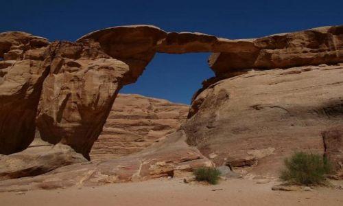 Zdjecie JORDANIA / pustynia Wadi Rum / pustynia / kamienny most