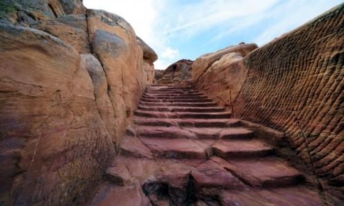 Zdjęcie JORDANIA /  Muhafaza Ma'an / Petra / Po czerwonych schodach