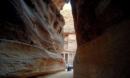 Zdjęcie JORDANIA / Muhafaza Ma'an / Petra  / Widok zza skał
