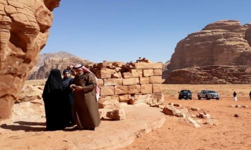Zdjecie JORDANIA / Wadi Rum  / Lawrence's house  / Lokalsi też odwiedzają pustynię