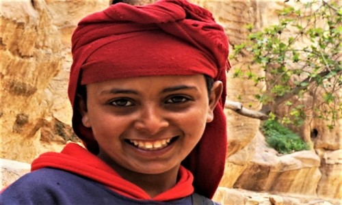 Zdjecie JORDANIA / Muhafaza Ma'an  / Petra  / Dziewczynka sprzedająca pocztówki