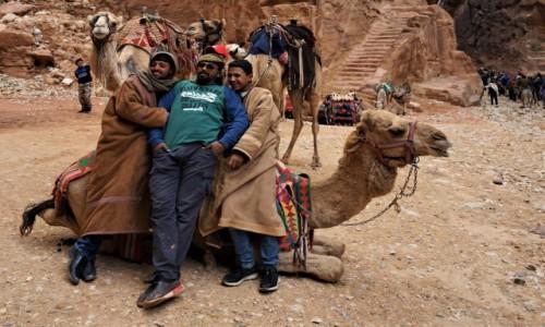 Zdjęcie JORDANIA / Muhafaza Ma'an / Petra  / Obsługa wielbłądów