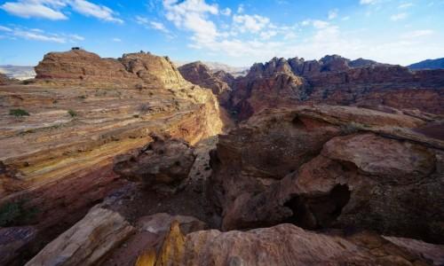 Zdjecie JORDANIA / Muhafaza Ma'an  / Petra / Ścieżki wśród skał