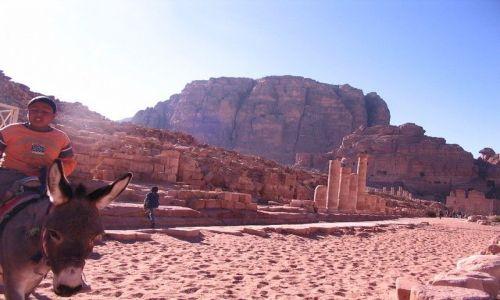 Zdjęcie JORDANIA / pld-zach Jordania / Petra / chłopiec na osiołku