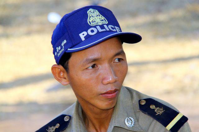 Zdjęcia: Angkor Wat, Siam Reap, Policjant, KAMBODżA