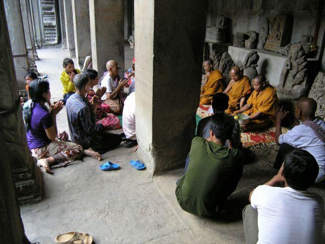 Zdjęcia: Angkor Wat, Siem Raep, poranna modlitwa, KAMBODżA