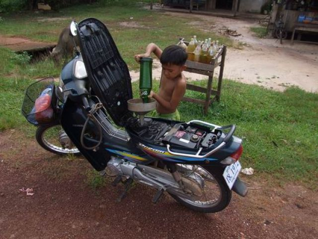 Zdj�cia: w dordze na Bokor Hill Station, po�udniowy Laos, ob�uga stacji benzynowej bez zastrze�e�, KAMBOD�A
