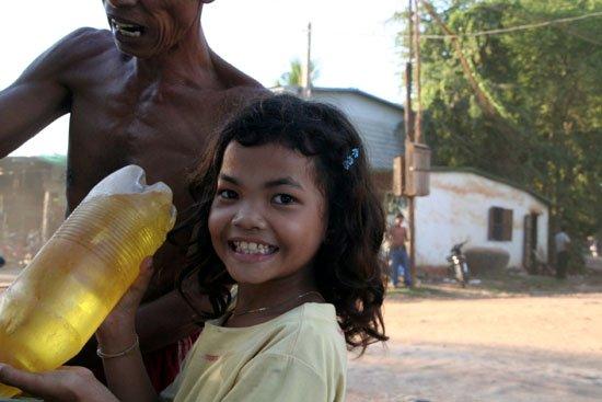 Zdjęcia: tak wygladaja wszystkie stacje na trasie do Siema Reap, lokalna stacja benzynowa.., KAMBODżA