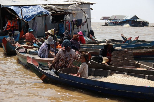 Zdjęcia: Kompong Pluk, Kompong Pluk, Kolejka łódek, KAMBODżA