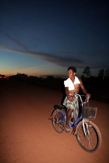 """Zdjęcia: fotka zrobiona na """"drodze"""" prowadzacej do Siem Reap, rowerzysta, KAMBODżA"""