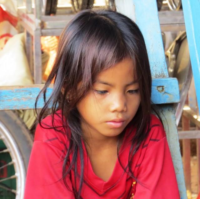 Zdjęcia: Kampong Phluk, Jezioro Tonle Sap, Zamyślona, KAMBODżA