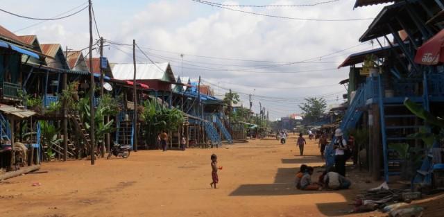 """Zdjęcia: Kampong Phluk, Jezioro Tonle Sap, """"Pływająca wioska"""", KAMBODżA"""