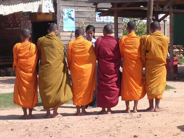 Zdj�cia: na trasie mi�dzy Siem Reap a granic� tajsk�, Mnisi, KAMBOD�A