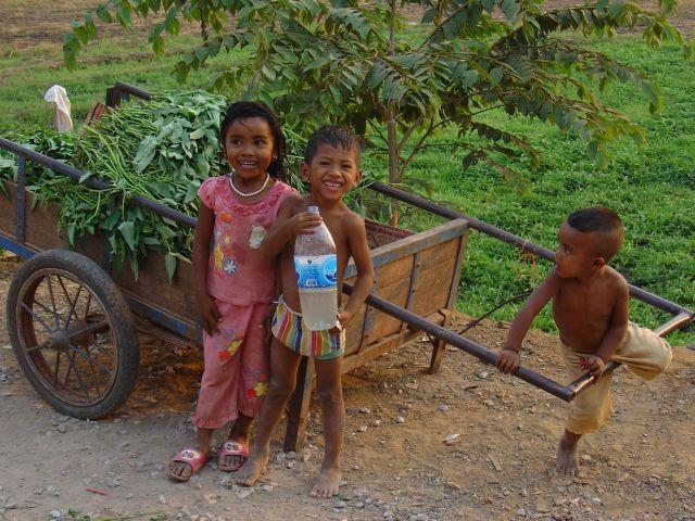 Zdjęcia: okolice Siem Reap, Młodzi kambodżanie, KAMBODżA