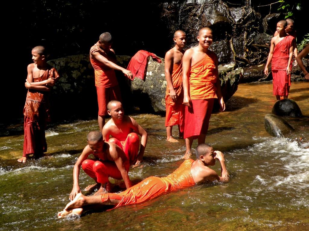 Zdjęcia: Kbal Spean, Angkor, Mnisi nad wodospadem, KAMBODżA