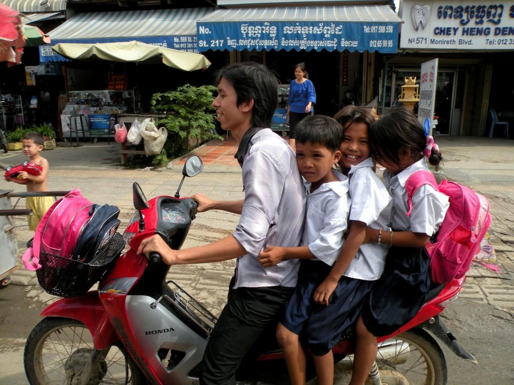 Zdjęcia: Phnom Penh, południowo-zachodnia część kraju, Do szkoły..., KAMBODżA