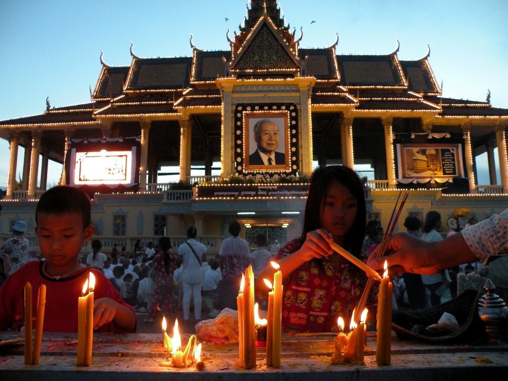 Zdjęcia: przed Pałacem Królewskim, Phnom Penh, Żałoba, KAMBODżA