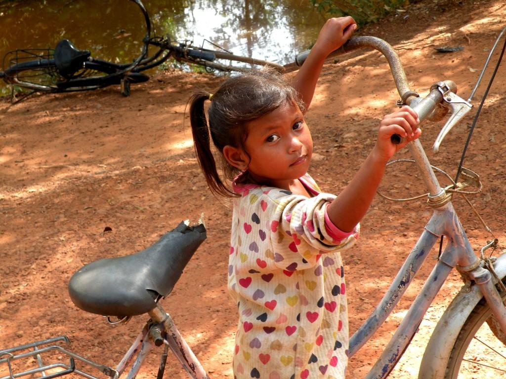 Zdjęcia: blisko świątyni Banteay Srei, Angkor, Rowerzystka, KAMBODżA