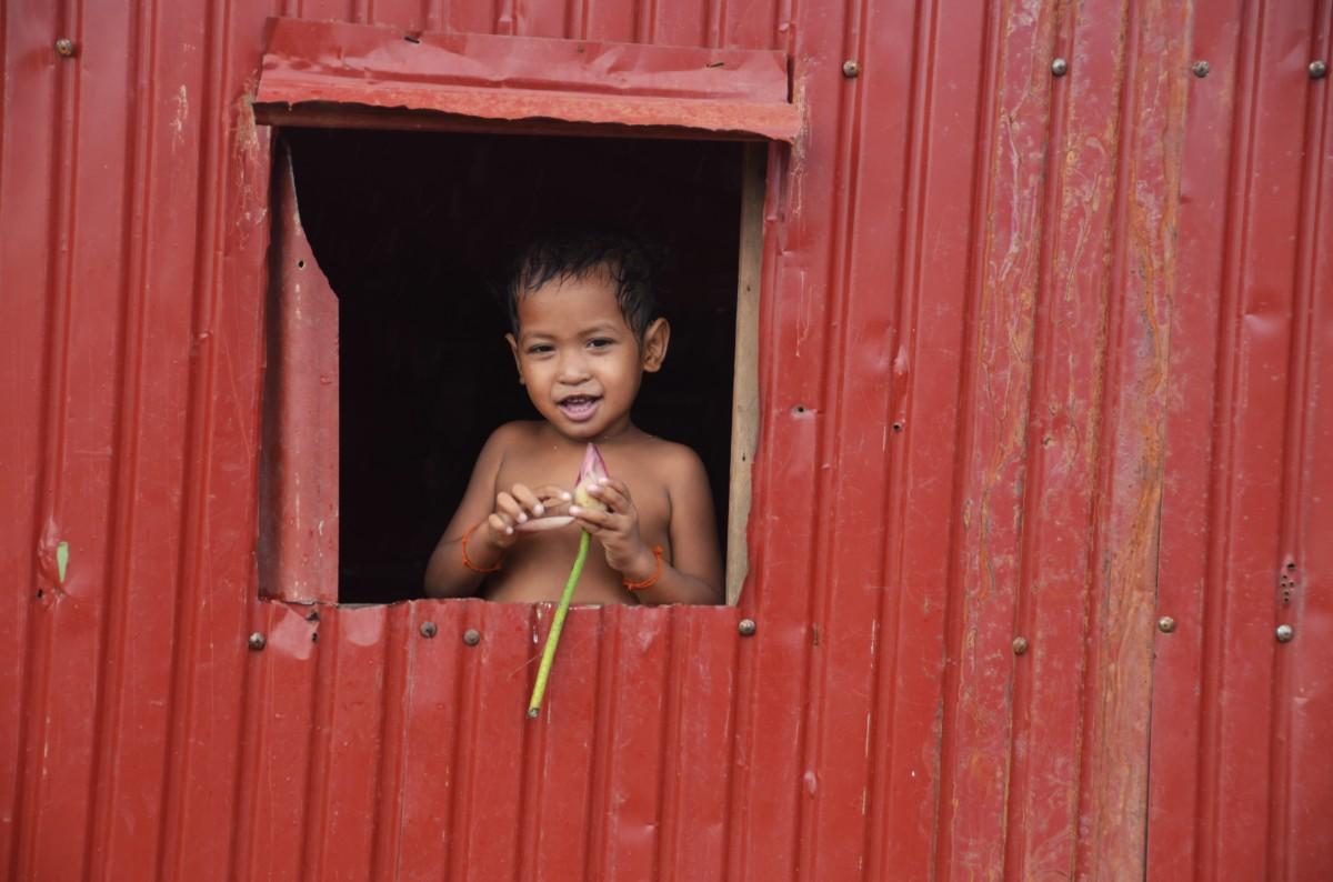 Zdjęcia: wioska nad Tonle Sap, Chłopiec z kwiatem lotosu, KAMBODżA
