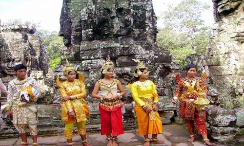 Zdjecie KAMBODżA / okolice Siem Reap / światynia Bayon / kolorowo wśród ruin świątyni Bayon