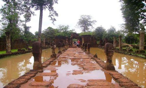 Zdjęcie KAMBODżA / okolice Siem Reap / świątynia Banteay Srei / wejście do  Banteay Srei - po ulewie
