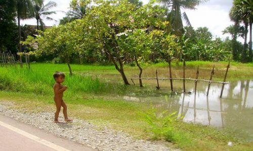 KAMBODżA / okolice Siem Reap / wioska w okolicy Siem Reap / oszczędzanie na ubraniu dla dziecka